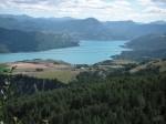 Aussicht von St. Apollinaire auf den Lac de Serre Poncon und einen Teil der Alpenkette