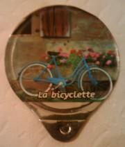 Blaues Rad unter dem Blumenfenster