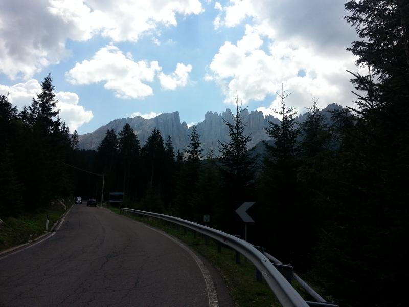 Blick in die Dolomiten während Auffahrt zum Karerpass