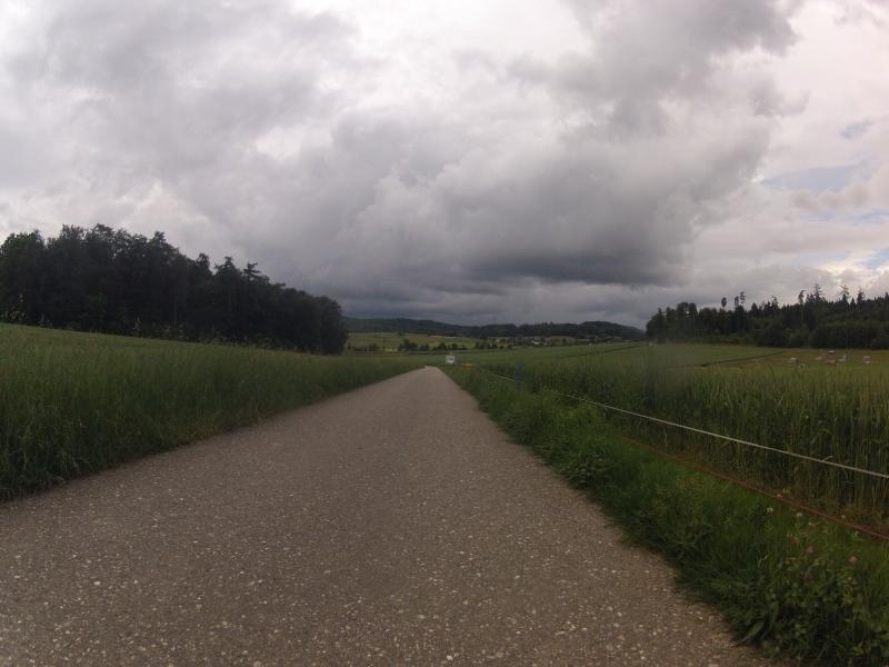 Dunkle Wolken in Fahrtrichtung