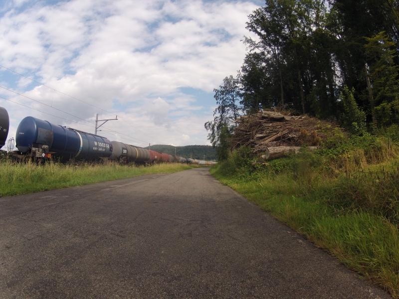 Radweg neben Bahngeleise