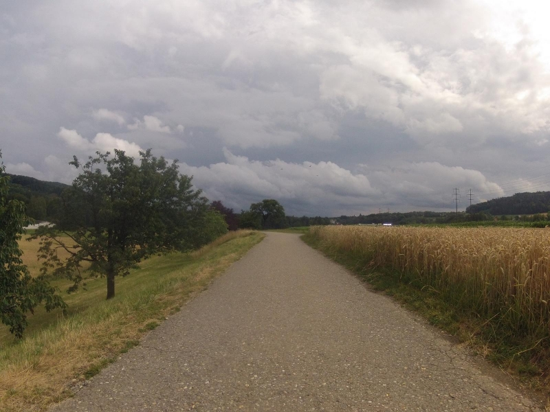 Über dem Aaretal sammeln sich die dunklen Wolken
