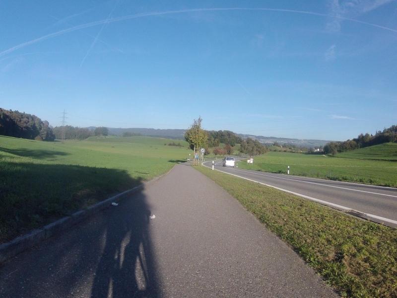 Radweg von Mägenwil ins Reusstal hinunter