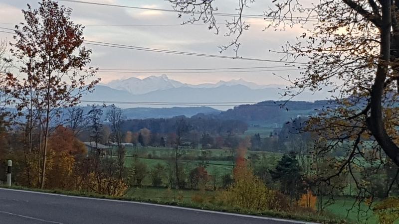 Blick zum abendlich beleuchteten Alpenkamm