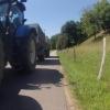 Gemeinsamer Weg für landwirtschaftliche Fahrzeuge und Radfahrer