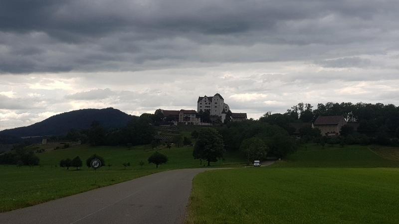 Schloss Wildegg unter dem Gewitterhimmel