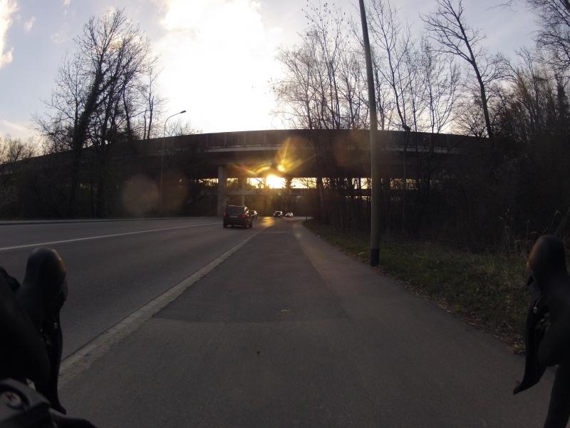 Abendsonne unter der Autobahnbrücke hindurch