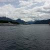 Dampfschiffe vor der Kulisse der Alpen