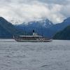 Dampfschiff vor der Kulisse der Alpen