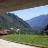 Unter einer schattigen Brücke