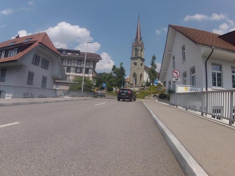 Brücke über die Emme, imposante Kirche
