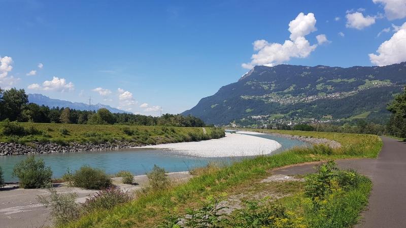 auf dem Radweg dem Rhein entlang