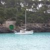 Segelschiff in Bucht