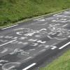 5. Etappe: Dieses Bild koennte fast an jedem Pass aufgenommen worden sein. Ueberall sind die Groessen der Tour de France aufgemalt.
