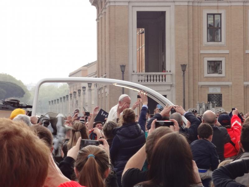 Papst Franziskus fährt durch die Menge