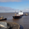 Frachter mit Schlepper im Fährhafen von Hull