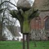Skulptur vor einer Kirche