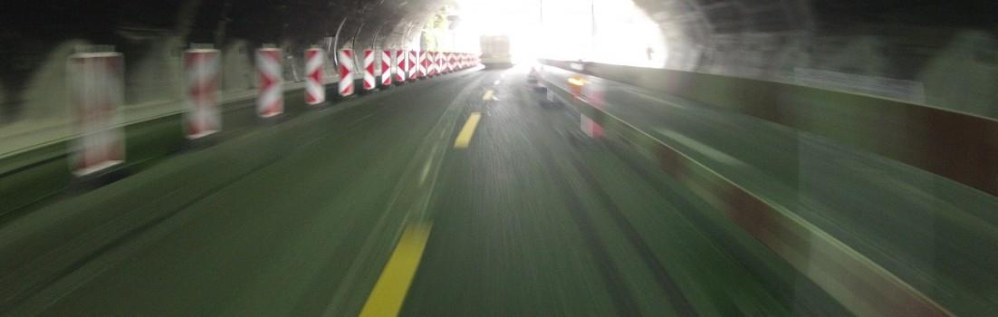Baustelle im Tunnel mit Radstreifen